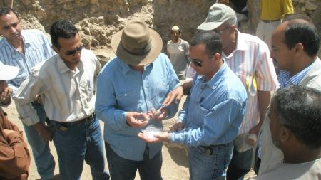 Dr Hawass sur le site de l'excavation.