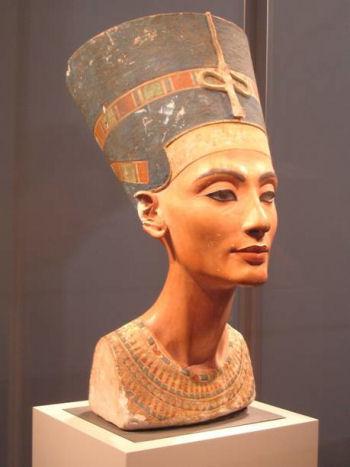 Buste de Néfertiti, vers 1340 avant J.-C., exposé au musée de Berlin